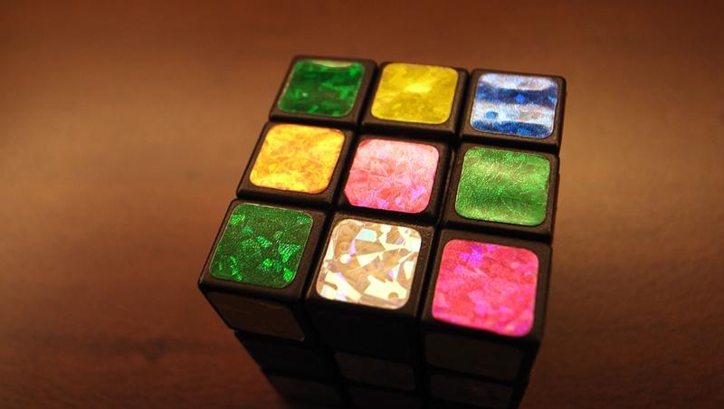 一個小男孩拿到魔術方塊,用「貼紙」讓它六面同色!你認為他取巧還是靈巧?