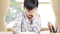 台灣學生上課時數,世界第一!發考卷混20分鐘、徒具形式的朝會...不如讓孩子睡飽