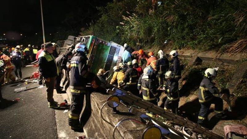 國道五號遊覽車疑轉彎翻覆 28人無生命跡象