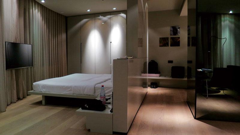 房間十分寬敞,客廳、玄關、臥室與衛浴都有獨立空間,牆面暗藏了許多櫥櫃。