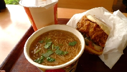 老外挑戰南霸天「丹丹漢堡」》美國正妹:我願意嫁給「鮮脆雞腿堡」!