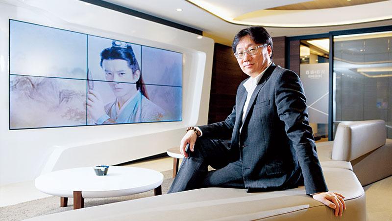 華視出身的羅法平近年跨足中國IP市場,旗下夯劇《飛刀又見飛刀》周邊商品熱賣,他也會把彎刀造型銀飾掛在胸前。