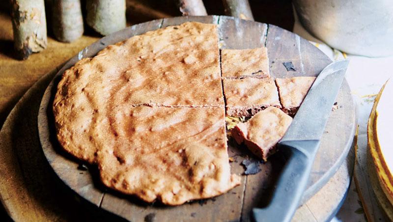這個蛋糕以栗子麵粉為原料,並放在平底鍋裡以明火烘焙製成。