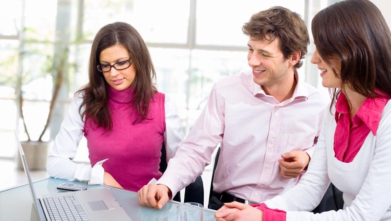 上班族想有「權威感」,穿黑色反而扣分!5個原則,讓你穿粉紅色也能很專業