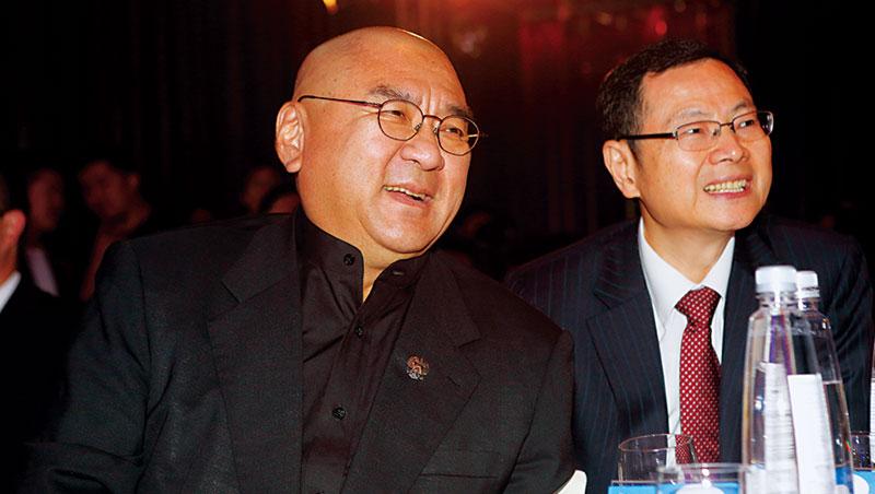 潤泰集團總裁尹衍樑(左)派大將黃明端(右)親征中國,奠定大潤發地位,下個高峰,得看電商飛牛網是否轉虧為盈。