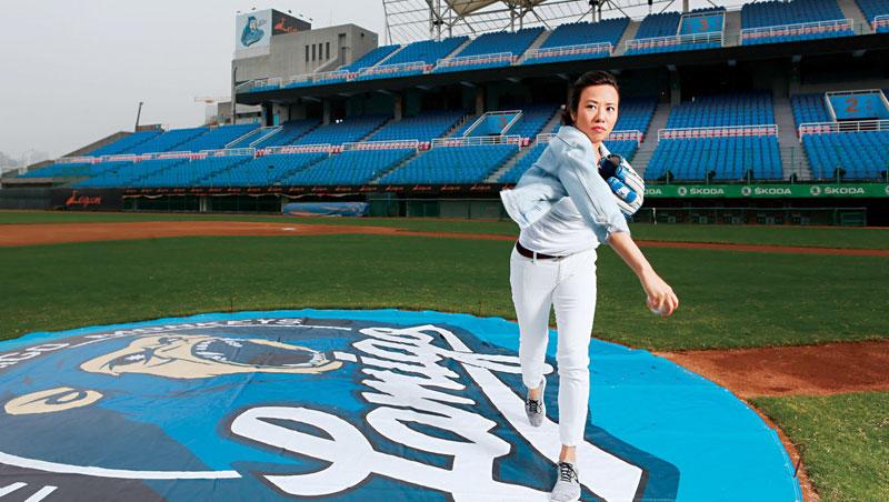 今年金融圈的最新話題人物——新光金董事長吳東進長女吳欣盈,就在一個月前,閃電搶進職棒圈。