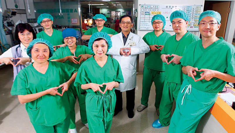 由榮總醫師陳嬰華(前排左2)、張效煌(右1)組成的導管瓣膜團隊,執行手術高達140 件,成為跨科合作的典範。
