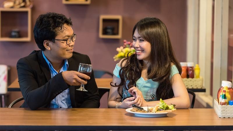 約朋友吃晚餐說eat dinner,對方可能不會答應!把eat換成「這個字」更好