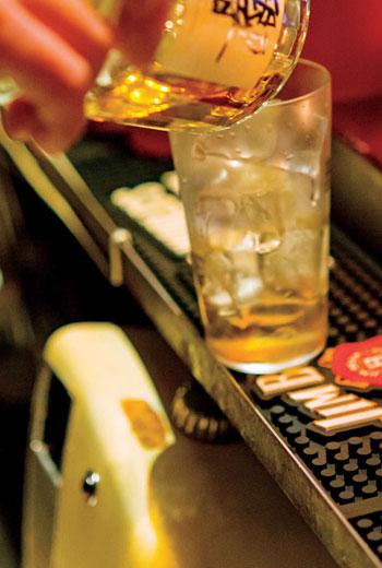 氣氛輕鬆恢諧的NOX,總在嘻笑怒罵間,讓威士忌滑順甘美。