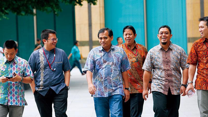 印尼的國服蠟染,不僅大官會穿著參與國際會議,每到週五的國服日,連高階白領也會穿國服上班,最令人意外的是,看似平凡,但一件高級蠟染竟要價上萬元。