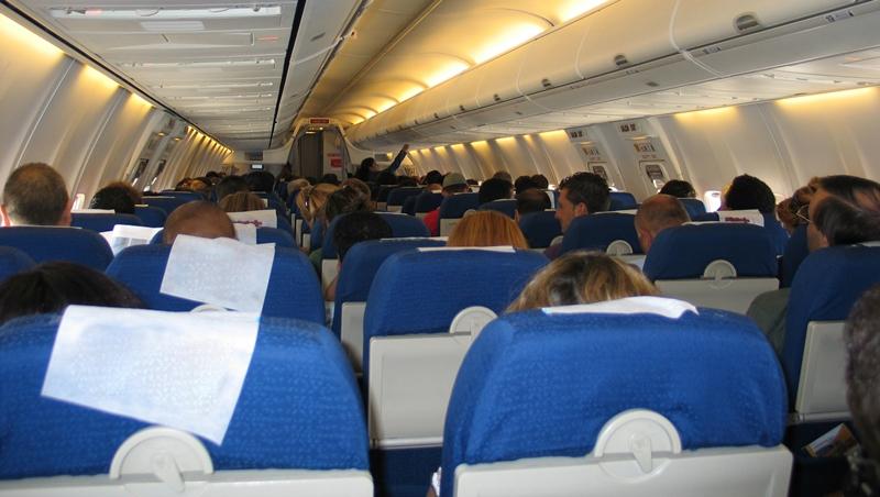 華裔醫師遭拖下飛機》航空公司超賣機位要你換航班,如何保障自己權益?