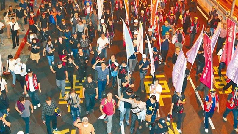 年改今決戰立院 拒馬蛇籠連環陣 反對派夜宿圍城