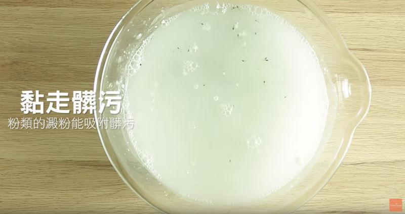 葡萄這樣洗,快速、省水又不怕吃進農藥!祕訣在:加一匙「●●粉」