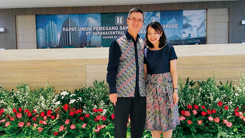 賴珩佳花11 年才拾起認同,願意穿有千年歷史的印尼國服蠟染。左為其先生。