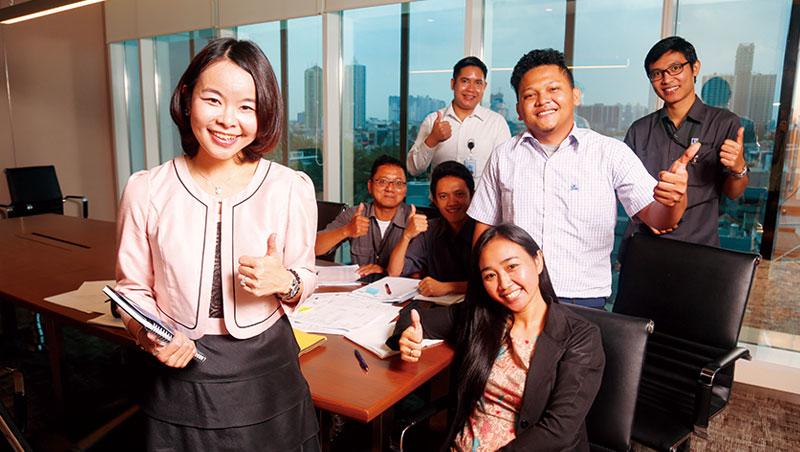 賴珩佳(左)負責的物業管理是夫家集團內最新事業單位,她流利的印尼語成為溝通利器。