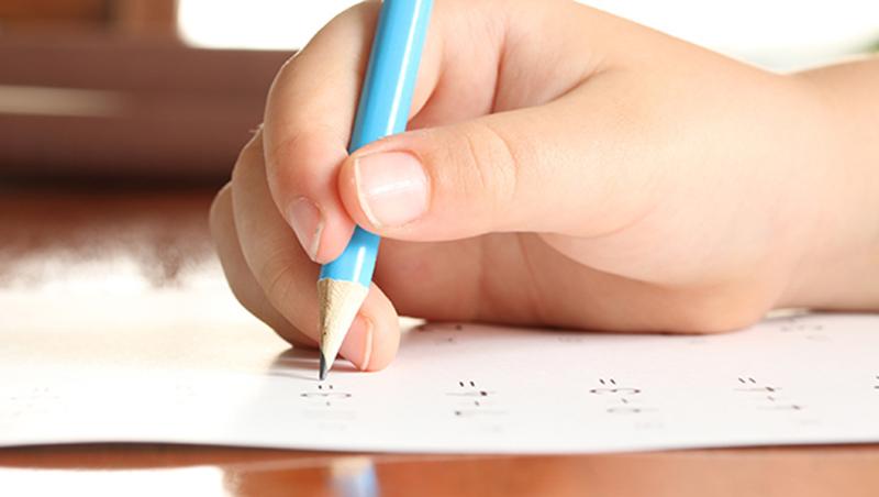 考試最大的意義是「訂正」!協助孩子訂正的第一件事:別把錯的答案擦掉