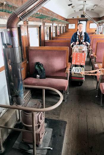 暖爐列車車廂上裝有兩座燒炭的暖爐,車掌會先來添加黑炭,讓爐子燒得火旺。乘客可以購買魷魚、清酒與銅鑼燒,車掌小姐甚至會在暖爐上幫你烤魷魚!
