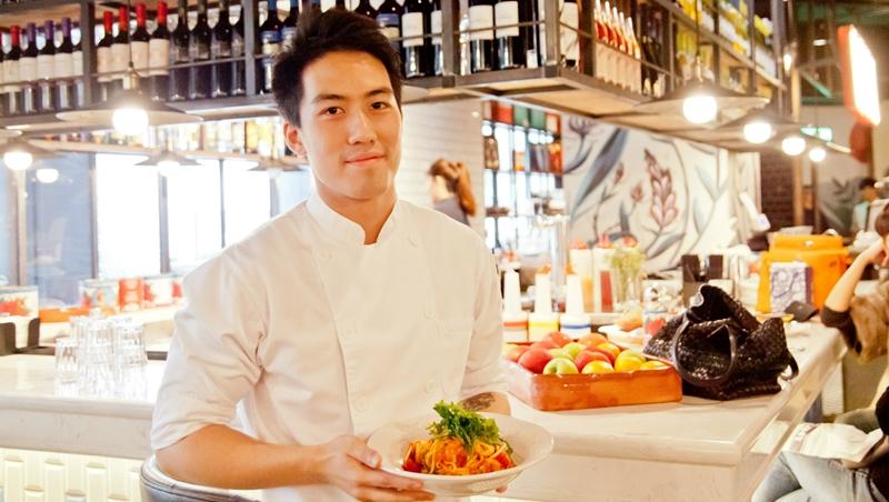邊練廚藝邊學英文!昔日翹課打架「叛逆小子」,25歲當上名廚奧利佛餐廳資深領班