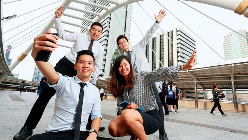 胡正揚(左前1)說「台灣舞台太小,只是浪費青春。」和他有一樣想法、選擇外派的台灣幹部,平均年僅30歲。
