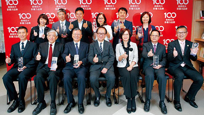 《商業周刊》榮譽發行人金惟純(前排右4)、總編輯郭奕伶(前排右3)出席百大品牌頒獎典禮,並與所有品牌得獎者合照。