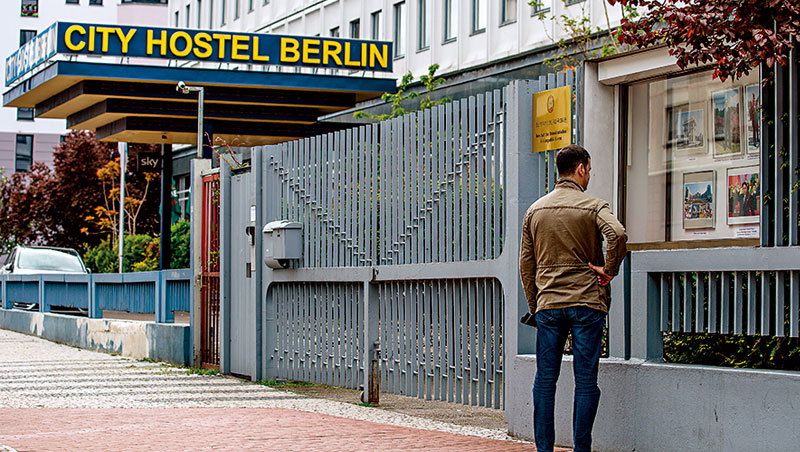 圖中的青年旅館就是北韓大使館不法外租的建物,專家推估,房租用以購買技術與精品、維持運作。