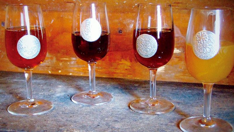 克羅塞斯蜜廠不同年份的蜂蜜酒,從左到右依序為:1986年、2003年、2004年、還在發酵階段的蜜酒。