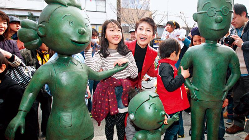 《海螺小姐》廣受喜愛,一家三口的銅雕像矗立在東京櫻新町車站,好讓大、小粉絲拍照留念。