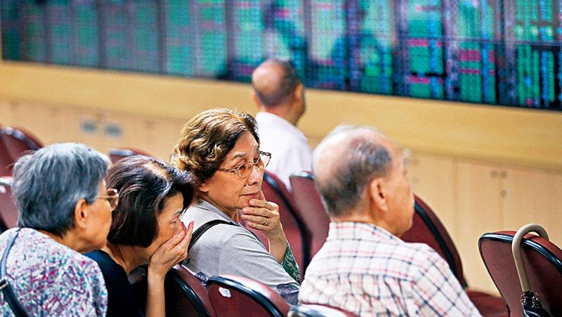 台股破萬點當天,下跌股票檔數高達869 檔,比上漲的家數還要多!
