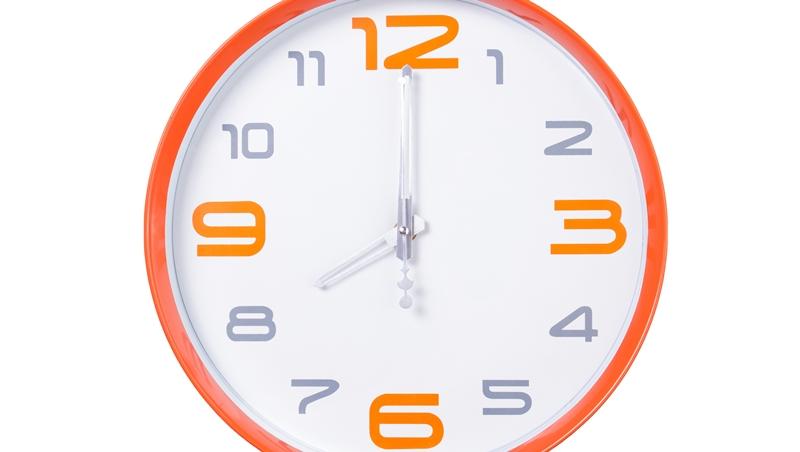 8點到8點半「之間」到,英文該用between還是among?一次搞懂這兩個字用法