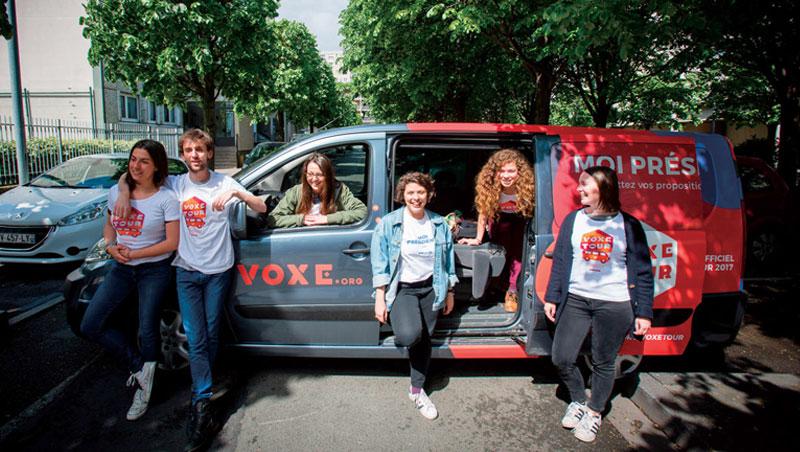 一輛小巴巡迴法國,Voxe 跟各地方團體合作,要讓全法國的邊緣少年試著發聲,免得「青年優先」再次淪為口號。