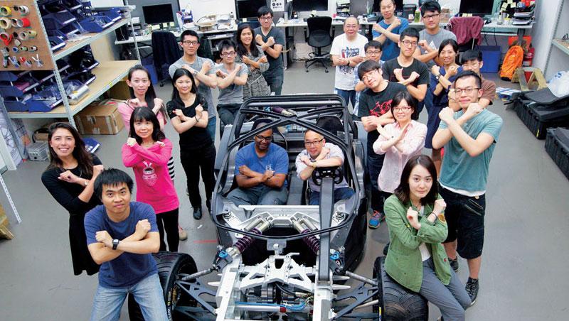 就在位於內湖的公司裡,行競科技20 多位員工(車內右為創辦人洪裕鈞),和台灣的供應鏈一起打造出台灣第一輛電動超跑。