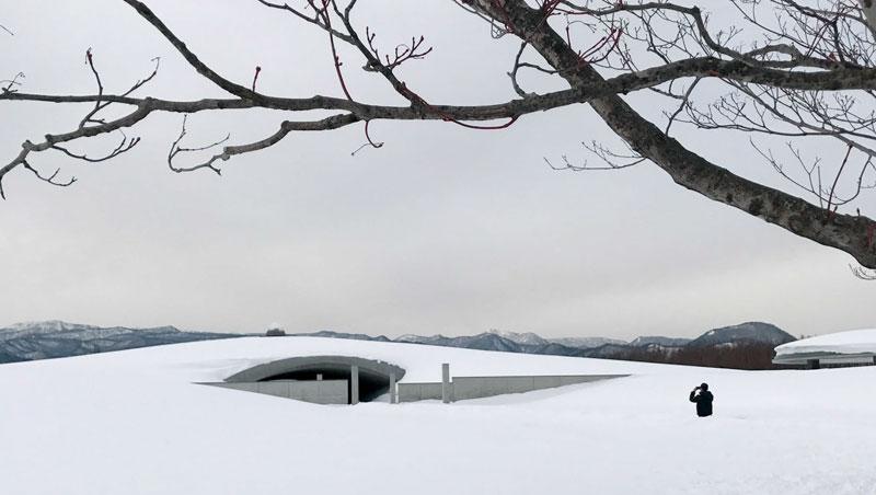 冬天造訪「頭大佛」就顯得純粹清明。白雪覆蓋了一切紛亂與醜陋,那些詭異的雕塑,以及讓人害怕的墓園,都在白雪的覆蓋下消失,只留下美好的雪白一片。
