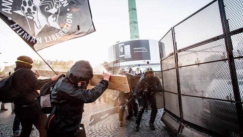 震撼彈、胡椒瓦斯、天空上亂飛的玻璃瓶,我們在法國大革命發生地、巴士底廣場上,看見對體制失望的法國人,怒火直沖警察。