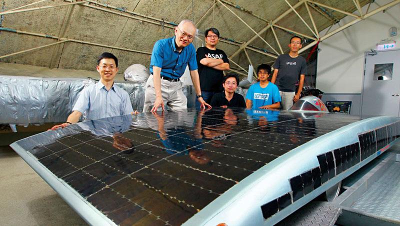2005年鄭榮和(左2)與學生克難打造太陽能車,參加世界賽事( 右圖),12 年後他們回到當初的鐵皮屋,不同的是,青澀學生已成搶手人才。