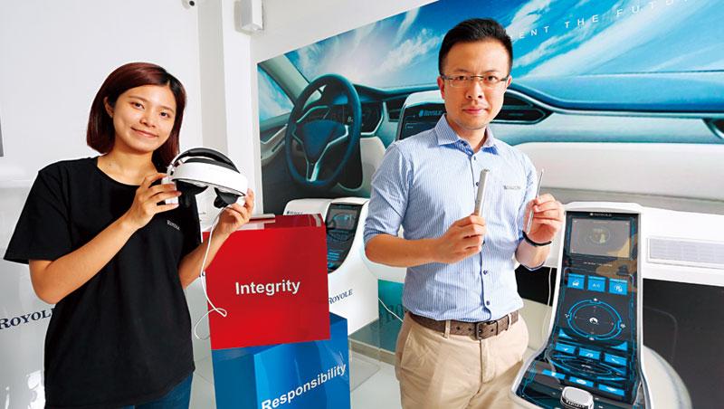 柔宇集結國際人才,將可撓式面板應用在不同智能產品上,公關總監樊俊超(右)手上拿的就是一片可折疊、彎曲的透明鍵盤。