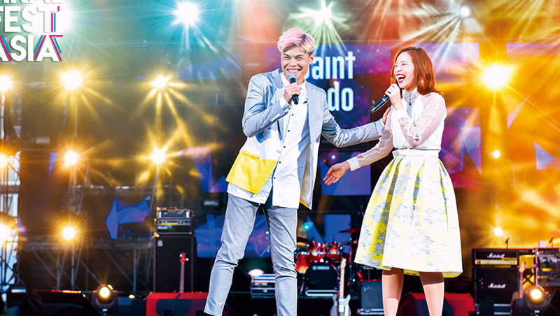 6月3日,亞洲最大網紅仲介商WebTVAsia 舉辦音樂節,旗下在YouTube 擁有106萬訂閱人數的網紅聖結石(左) 與老婆表演自創曲。