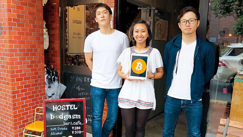 迄今有4 組客人用比特幣付費,老闆之一的金鐘鉉(左)是比特幣資深玩家,看準虛擬貨幣行情向上,收了比特幣捨不得花,全投資其他幣別,也幫其他合夥人代操。