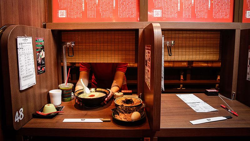 一蘭台灣分店重現日本的「味集中」座位,客人不用與店員交談就能吃到客製化好麵。