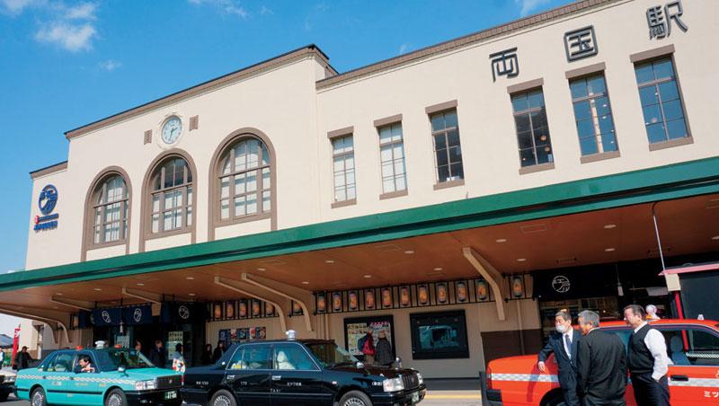 建於一九二九年的舊兩國JR車站重新改裝成為富地方特色的美食廣場「江戶Noren」,外部依舊保留老車站建築的樣子,內部結構也沒有太大變化。