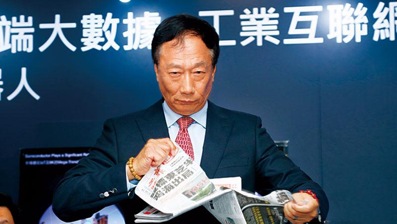 「我一定會讓他(報紙總編輯)把標題改掉,」郭台銘被媒體評論「出局」怒撕掉報紙,引發更多話題。