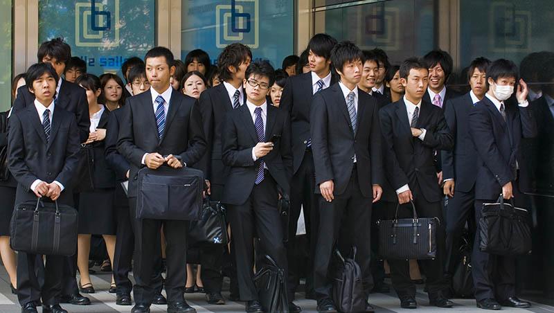 「持續工作是美德、辭職便是罪」被前輩霸凌甚至自殺,日本職場為什麼這麼瘋狂?