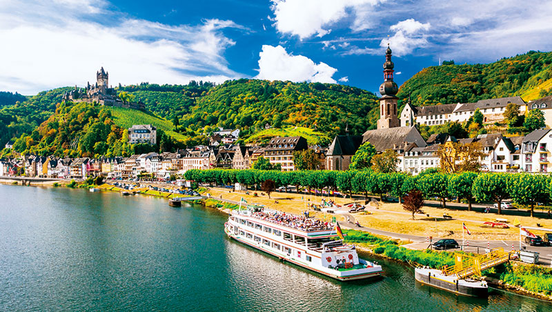 俯瞰德國摩塞爾河谷(萊茵河支流)的科赫姆城堡,位於產酒名鎮。