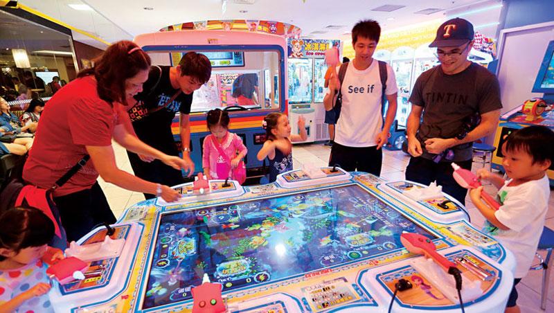 小孩動手玩、爸媽一旁協助,電子遊樂場成父母遛小孩的新去處,而親子客群也變街機業者目標,湯姆熊現在8 成機台都是親子互動遊戲。