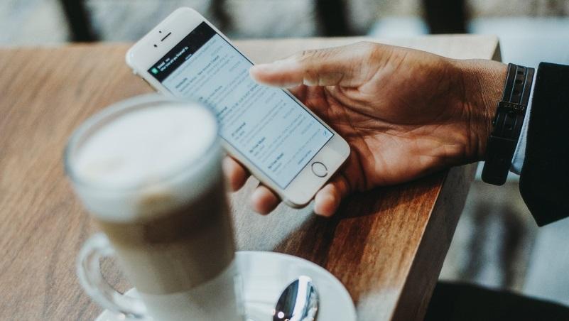 手機滑不停,深怕錯過任何訊息...精神科醫師:資訊爆炸的時代,要培養「不知道」的勇氣