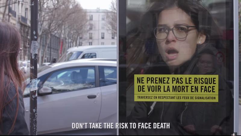 有影片》「滑手機」過馬路超危險!巴黎這個廣告箱會發出恐怖「煞車聲」,嚇死不看號誌的低頭族