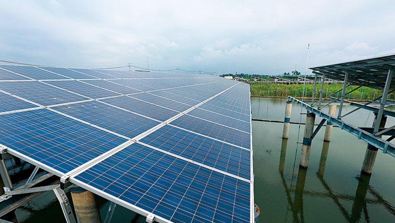 台灣電價全球排名第3 低,民眾享受低電價的同時,卻可能拖慢綠能產業的發展速度。