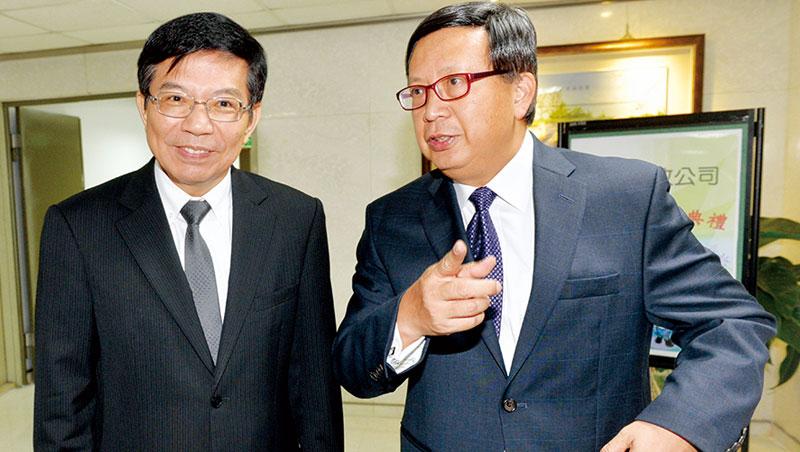 沒顯赫金融背景的中華郵政前董座翁文祺(右)接永豐金新董座,被視為連綠營都「打不到」的人選。