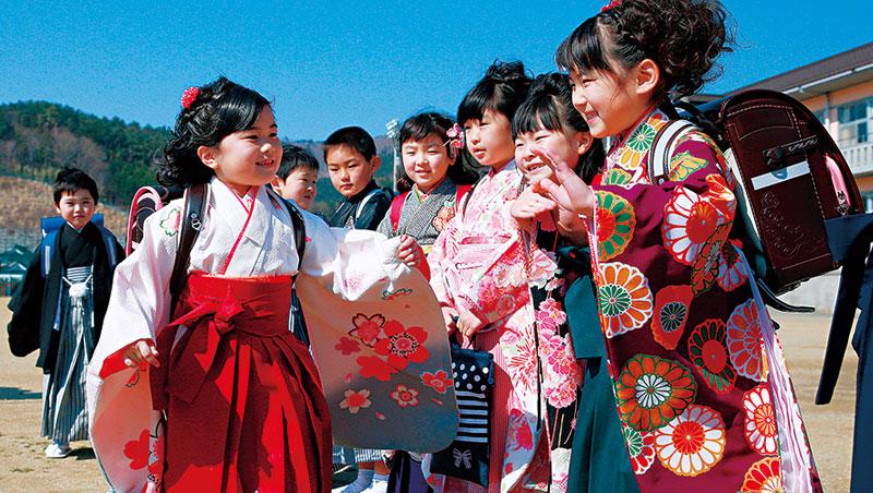 日本小學的暑假期間是企業開辦職場夏令營最熱門的時段,學習和服文化也是一門生意。