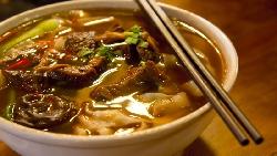 台南街道登上日雜封面,引爆自卑感》為何台灣牛肉麵150元嫌貴,卻願意排隊花300元吃日本拉麵?