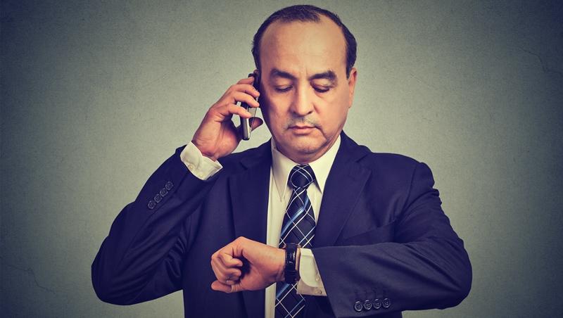 準時是職場禮儀!但老闆遲到怎麼辦?一個小動作,讓你不得罪老闆、會議更有效率